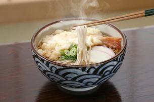 天ぷらそば 箸上げの写真素材 [FYI04661660]