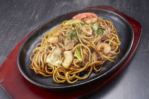 やきそば Yakisoba (stir-fried soba noodles)の写真素材 [FYI04661721]