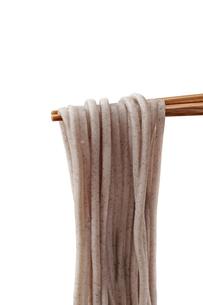 蕎麦を箸で持ち上げるの写真素材 [FYI04661764]