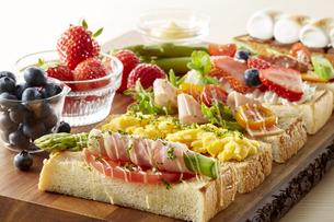 オープンサンドイッチ (open sandwich)の写真素材 [FYI04661904]