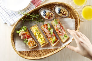 オープンサンドイッチ (open sandwich)の写真素材 [FYI04661908]
