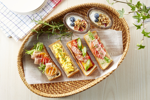 オープンサンドイッチ (open sandwich)の写真素材 [FYI04661912]