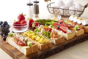 オープンサンドイッチ (open sandwich)の写真素材 [FYI04661929]