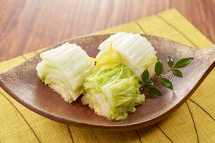 白菜の浅漬け (pickled napa cabbage)の写真素材 [FYI04662005]
