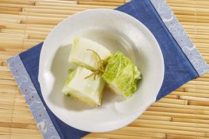 白菜の浅漬け (pickled napa cabbage)の写真素材 [FYI04662015]