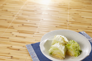 白菜の浅漬け (pickled napa cabbage)の写真素材 [FYI04662018]