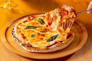 ピザ マルゲリータの写真素材 [FYI04662042]