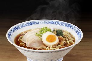 醤油ラーメン  Japanese Ramen noodlesの写真素材 [FYI04662059]