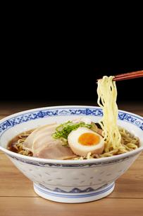 醤油ラーメン  Japanese Ramen noodlesの写真素材 [FYI04662062]
