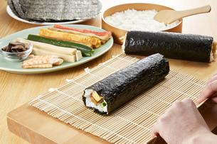 巻き寿司 調理シーン(Scene to make rolled sushi)の写真素材 [FYI04662258]
