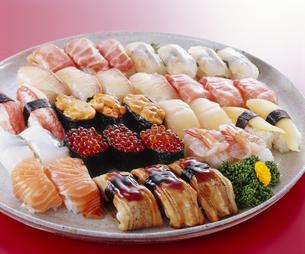 お寿司 赤バックの写真素材 [FYI04662259]
