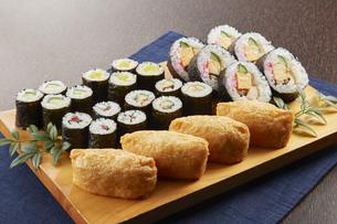 巻き寿司 いなり 盛り合わせの写真素材 [FYI04662260]