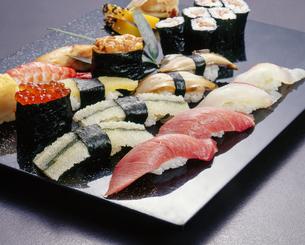 お寿司 盛り合わせの写真素材 [FYI04662272]