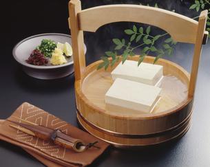 桶に入った湯豆腐の写真素材 [FYI04662376]