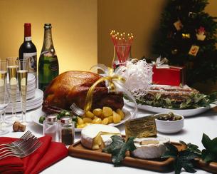クリスマスパーティとローストチキンの写真素材 [FYI04662403]