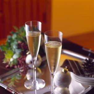 シャンパンで記念日を二人で祝おうよの写真素材 [FYI04662406]
