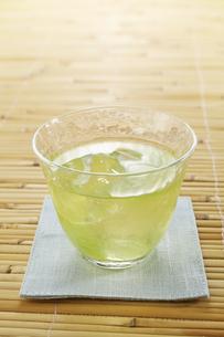 ひんやり冷えた日本茶 (ice green tea)の写真素材 [FYI04662472]