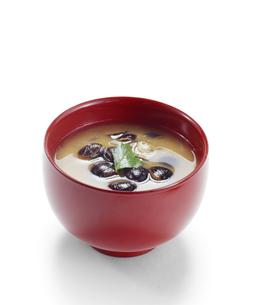 しじみ汁 (Shijimi clam miso soup) バック飛ばし、影イキの写真素材 [FYI04662473]