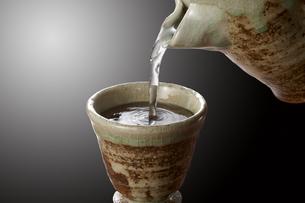 お猪口に注がれる日本酒の写真素材 [FYI04662483]