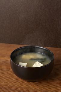 豆腐とわかめの味噌汁の写真素材 [FYI04662485]