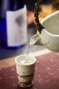 日本酒 紅葉 熱燗の写真素材 [FYI04662511]
