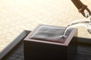 漆塗り枡-日本酒-なみなみと注ぐ-初夏イメージの写真素材 [FYI04662525]