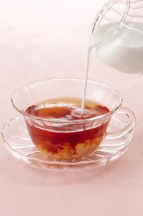 紅茶にミルクを注ぐ(ミルクティー)の写真素材 [FYI04662588]