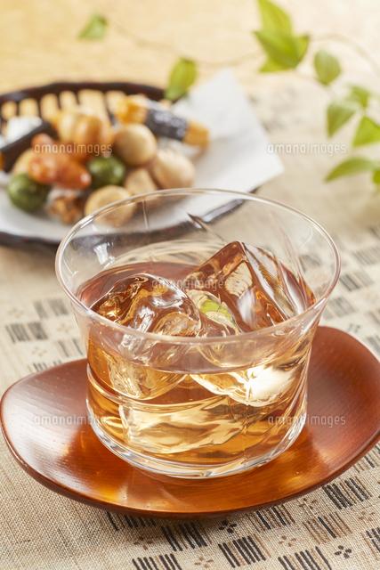 冷たいほうじ茶(加賀棒茶)とおかきの写真素材 [FYI04662595]
