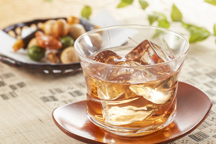 冷たいほうじ茶(加賀棒茶)とおかきの写真素材 [FYI04662596]