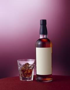 白いラベルのウイスキーボトル (White label whiskey bottle)の写真素材 [FYI04662612]
