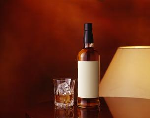 白いラベルのウイスキーボトル (White label whiskey bottle)の写真素材 [FYI04662614]