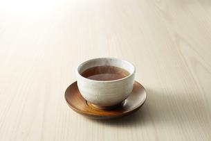 暖かいほうじ茶 (roasted green tea)の写真素材 [FYI04662617]