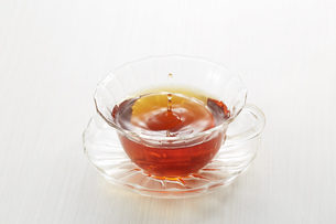 波紋と紅茶の写真素材 [FYI04662618]
