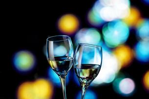 白ワインで乾杯の写真素材 [FYI04662632]