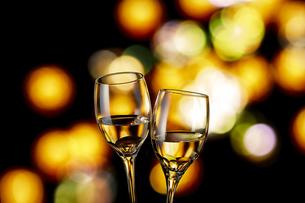白ワインで乾杯の写真素材 [FYI04662633]