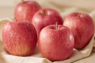 麻布にノーブランドのリンゴの写真素材 [FYI04662716]