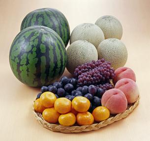 フルーツ盛り合わせ(みかん、桃、ぶどう、メロン、スイカ)の写真素材 [FYI04662774]