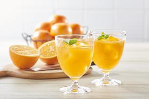 オレンジジュース(Orange juice on kitchen table)の写真素材 [FYI04662823]