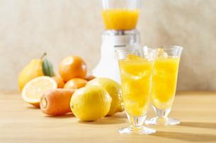 ジュースと果物 (Juice and fruits)の写真素材 [FYI04662827]
