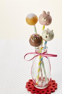 うさぎさん、くまさん、ミニドーナツのお菓子の写真素材 [FYI04662991]