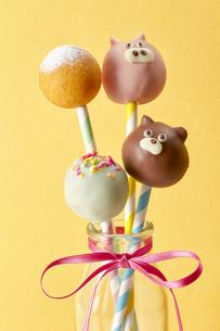 ぶたさん、ねこさん、ミニドーナツのお菓子の写真素材 [FYI04662993]