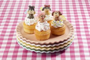 カップケーキにマジパンでつくったわんこを乗せての写真素材 [FYI04663025]