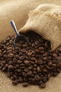 麻袋に入ったコーヒー豆の写真素材 [FYI04663083]
