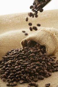 麻袋に入ったコーヒー豆の写真素材 [FYI04663094]