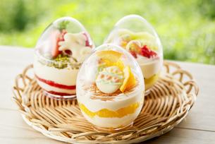 イースターエッグスイーツ-卵型ミニケーキの写真素材 [FYI04663118]