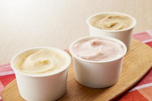 アイスクリーム(バニラ、ストロベリー、ほうじ茶)の写真素材 [FYI04663133]