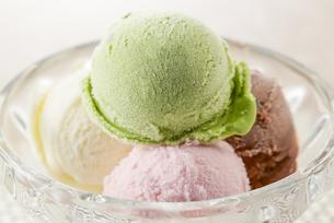いろんなフレーバーのアイスクリームの写真素材 [FYI04663152]