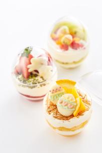 イースターエッグスイーツ-卵型ミニケーキの写真素材 [FYI04663160]