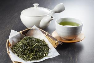 緑茶と茶葉と急須の写真素材 [FYI04663214]