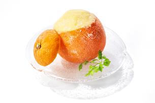 丸ごとオレンジシャーベットの写真素材 [FYI04663240]